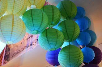 Kék és zöld lampion esküvői dekoráció