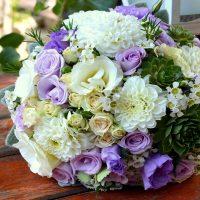 Lila - fehér esküvői dekoráció