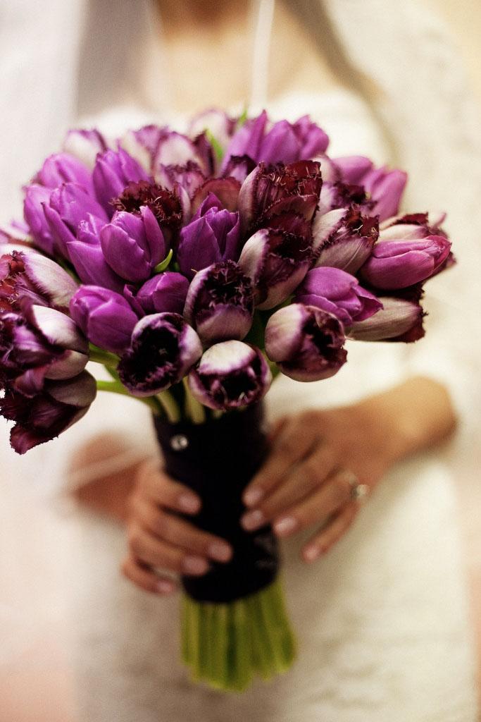 Bordó, piros tulipán menyasszonyi csokor