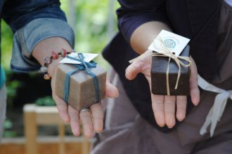 szakkan ültetőkártya - esküvői dekoráció