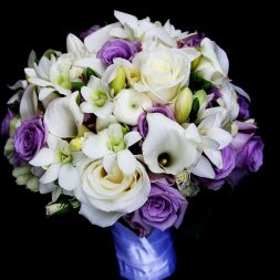 Fehér, lila menyasszonyi csokor