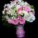 Fehér, rózsaszín, zöld menyasszonyi csokor