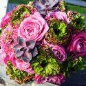 Zöld, lila, rozsaszín menyasszonyi csokor