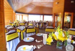 Sárga-barna esküvői dekoráció