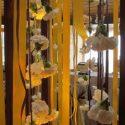Esküvői dekoráció lelógó virágok
