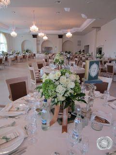 fehér esküvői teríték rózsacsokorral
