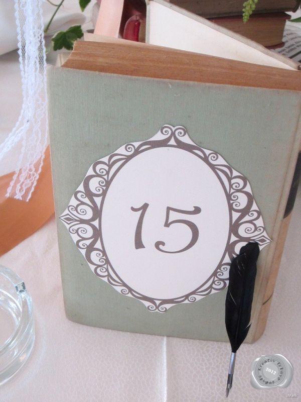 könyv és toll asztaldíszek