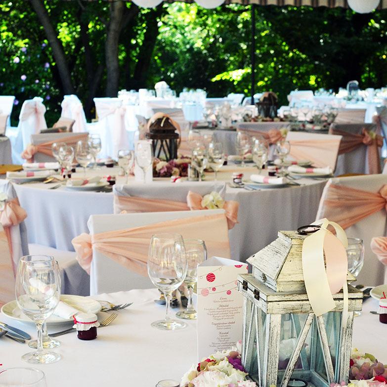 Rózsaszín esküvői dekoráció, székszoknyák, székmasnik és lampionok