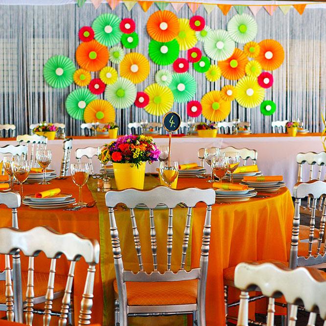 Színes esküvői dekoráció, egyedi székekkel