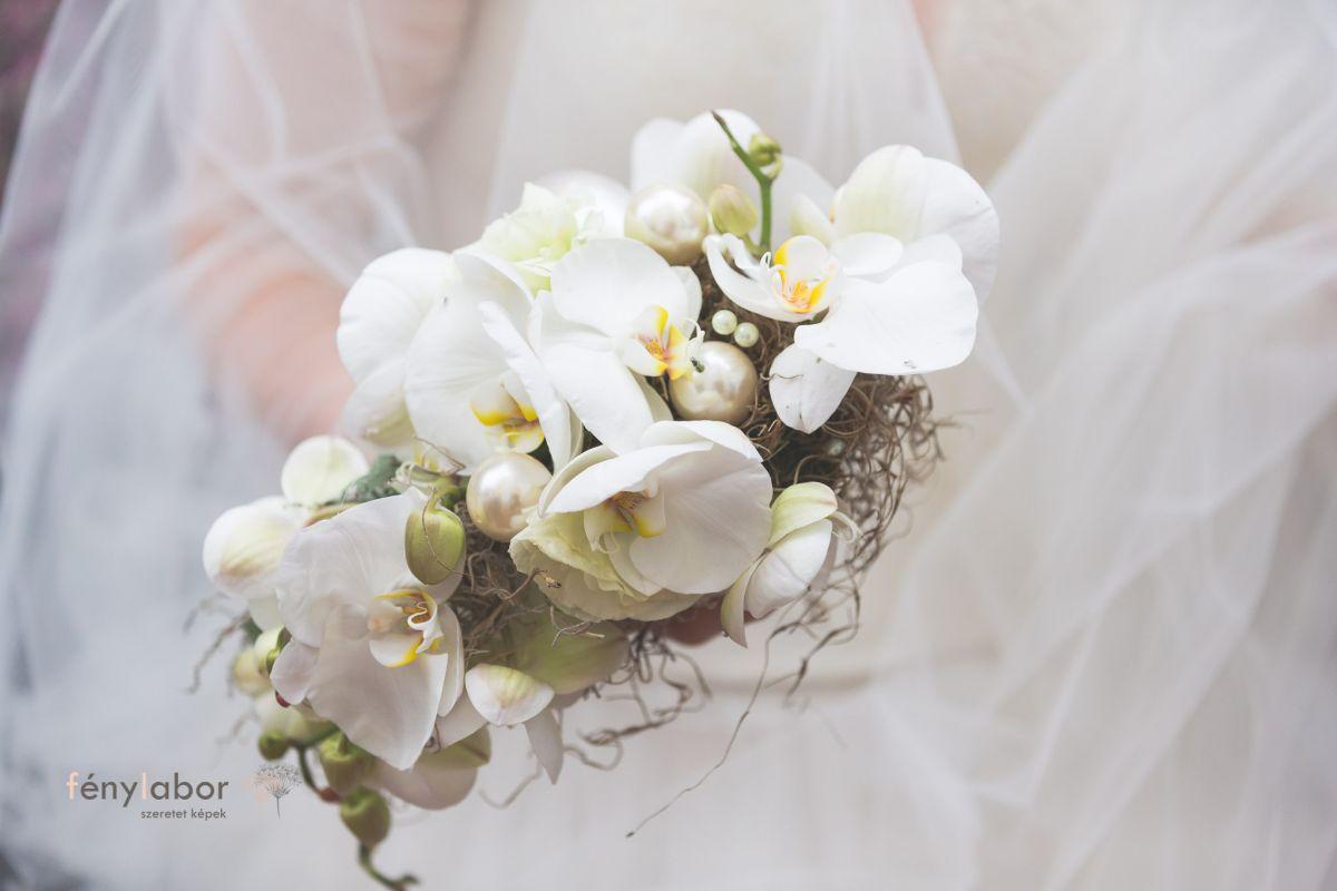 fehér virágcsokor