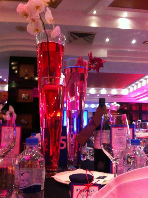 esküvői asztaldísz kék magenta