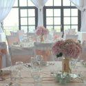Rózsaszín-fehér esküvői dekoráció