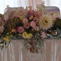 Rózsaszín-fehér esküvői asztaldísz