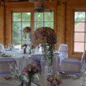 Rózsaszín-lila esküvői asztaldísz