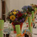 Színes esküvői asztaldísz