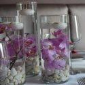 Lila trópusi esküvői asztaldísz