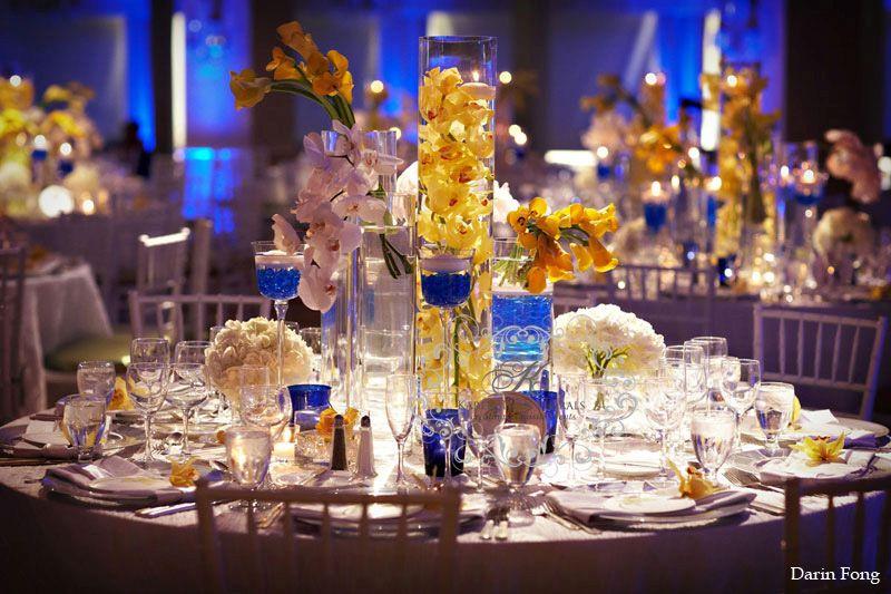 Kék-sárga asztaldekoráció