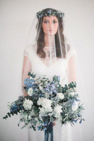 Halványkék csokor és menyasszonyi ruha