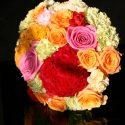 Színes menyasszonyi csokor rózsákkal
