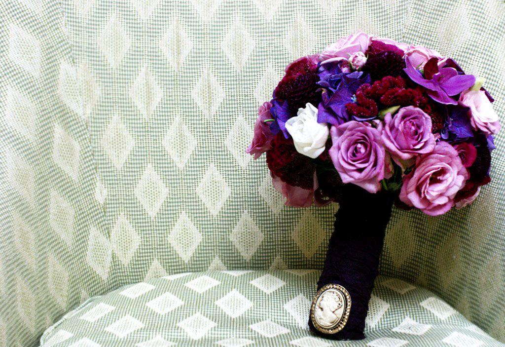 színes menyasszonyi rózsacsokor