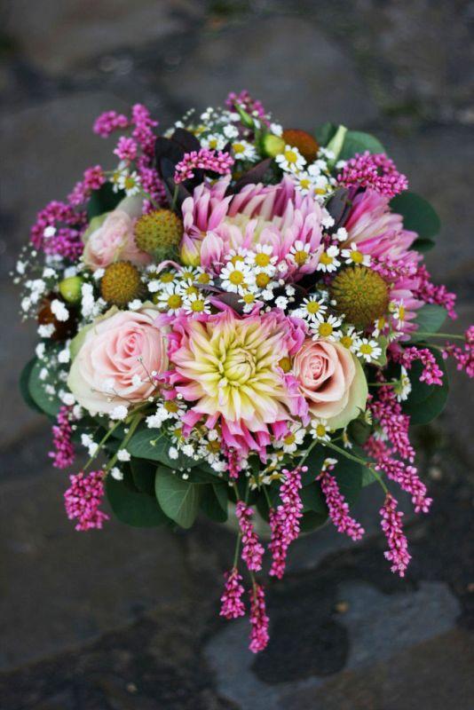 színes menyasszonyi virágcsokor