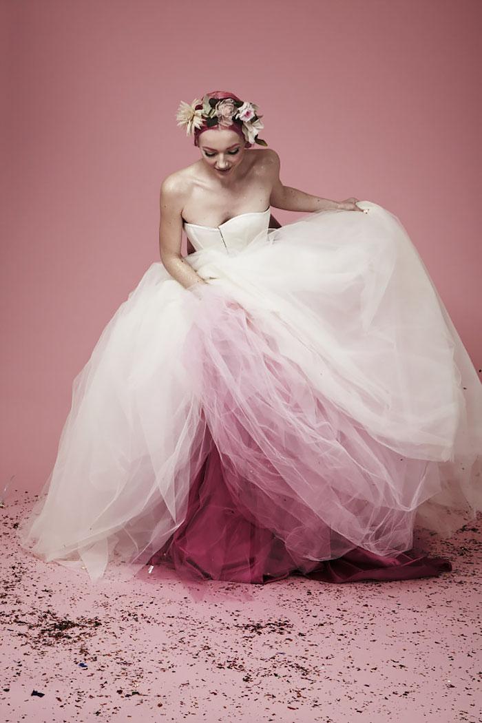 Borvörös szegélyű menyasszonyi ruha