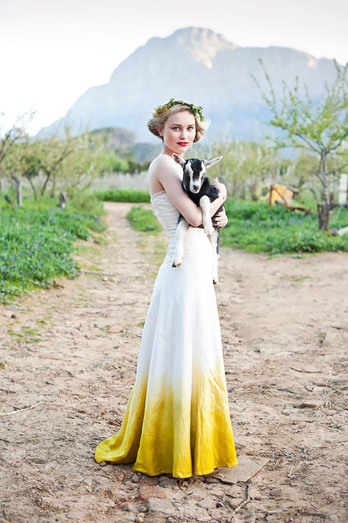 Sárga szegélyű menyasszonyi ruha