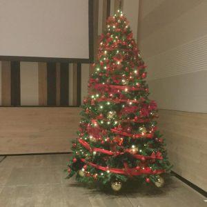 Karácsonyfa piros és arany díszítéssel