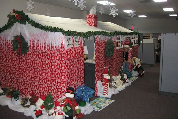 Piros karácsonyi iroda dekoráció