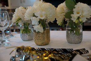 Fehér virágok üvegben