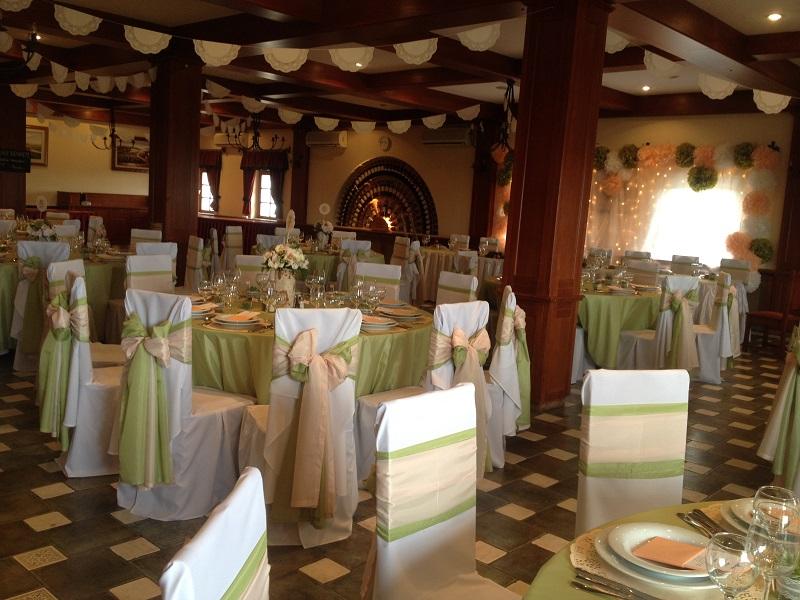 Zöld-barack esküvői dekoráció