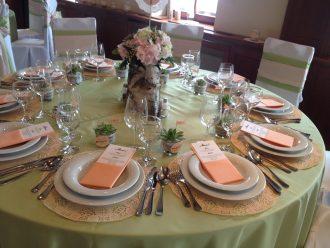 Rózsaszín-zöld asztaldekoráció